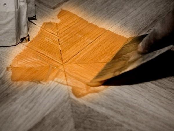 Потемневший деревянный пол