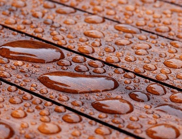 Вода на деревянном покрытии, обработанном маслом