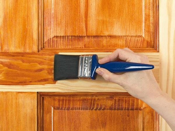 Обработка деревянной двери маслом