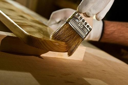 Олифа на деревянной поверхности