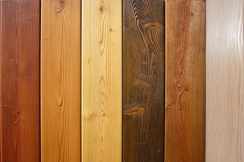 Деревянные плашки, покрытые цветным маслом для наружных работ