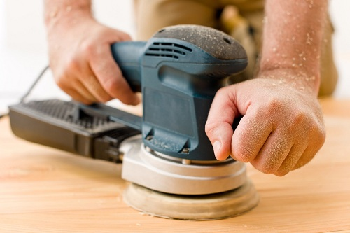 Зачистка деревянной поверхности шлифмашиной